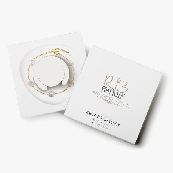 بسته بندی دستبند طلا زنانه مروارید زنجیری فروشگاه زیورآلات دست ساز ریسه گالری